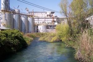 Il fiume Tirino all'altezza del polo chimico di Bussi, nel pescarese