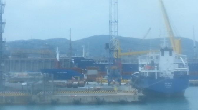 L'Africa meta dei traffici di rifiuti, bloccati mezzi militari in disuso nel porto di Salerno